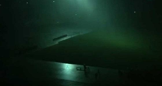 بالفيديو..حكم يصر على إكمال مباراة وسط برك المياه وإنقطاع الكهرباء