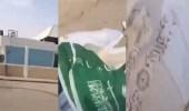 بالفيديو.. مدرسة تلقي لفظ الجلالة والآيات القرآنية في صندوق القمامة