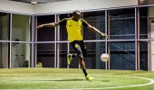العداء الجاميكي يوسين بولت يظهر مهاراته في كرة القدم