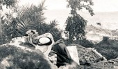 """صورة نادرة للملك عبد العزيز بمزرعة """" الفاخرية """" قبل 75 عام"""