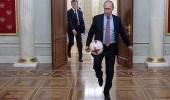 """بالفيديو.. """" بوتين """" يحتفل بالمونديال عبر استعراض مهاراته الكروية"""