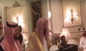 بالفيديو.. لفتة إنسانية رائعة من إمام المسجد الحرام لشيخه الباكستاني