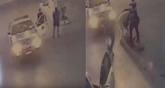 بالفيديو.. مواطنون يساعدون شرطيًا في القبض على رجل حاول التهجم عليه