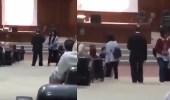 بالفيديو.. رد فعل صادم لدكتور جامعي شاهد طالبة تتحدث بالهاتف