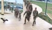 بالفيديو.. وزة تتغلب على جنود الجيش الأمريكي وتثير ذعرهم