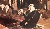 صورة نادرة للملك سعود يؤدي الصلاة بقصر الناصرية