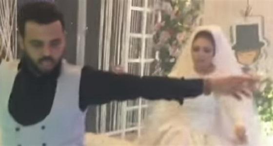 بالفيديو.. عريس يشعل حفل زفافه بوصلة رقص ويتفوق على عروسه