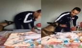 بالفيديو.. كلب يدافع عن رضيعة من ضرب والدها