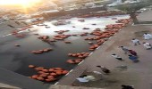 بالفيديو.. انقلاب ناقلة لأسطوانات غاز على طريق بيش- صبيا بجازان