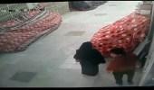 كاميرات المراقبة تلتقط وافد يمارس الرذيلة مع سيدة في مجمع تجاري