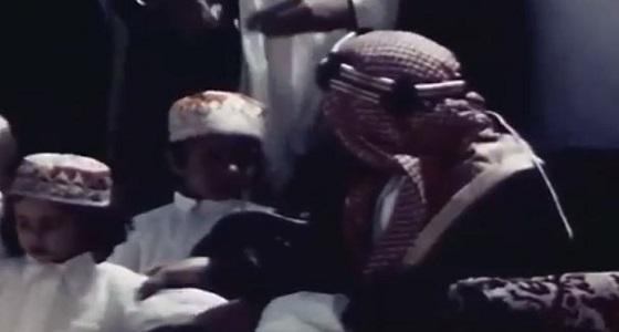 فيديو نادر للملك عبد العزيز آل سعود وهو يداعب أحد أبنائه