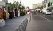 بالفيديو.. رد فعل أمير مكة أمام حافلة تحمل صور الشهداء