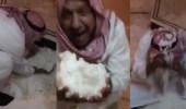 بالفيديو.. مواطن يستمتع بتساقط البرد بطريقته الخاصة