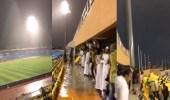بالفيديو.. خروج جماهير الشباب والاتحاد من الملعب لشدة الأمطار