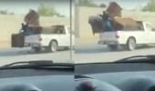 بالفيديو.. إهمال أحد محلات الأثاث كاد أن يودي بحياة عامل للخطر