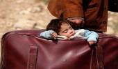 """شاهد.. طفلة سورية نائمة في حقيبة والدها الفار من """" الغوطة """""""
