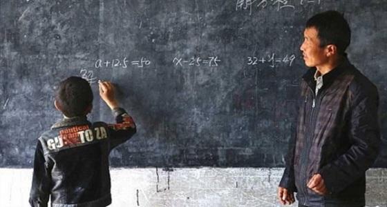 قصة تفاني هزت الملايين .. مدرس يعلم طالبا واحدا فقط