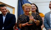 بالصور .. رئيسة تشيلي تحتفل بجائزة الأوسكار لأفضل فيلم أجنبي