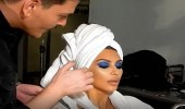 بالفيديو.. ماكير كيم كاردشيان يداعبها خلال جلسة ماكياج