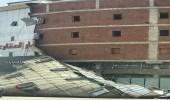 """"""" مدني المدينة """" يباشر انهيار واجهة مبنى بسبب الرياح"""
