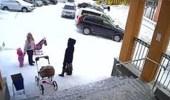 بالفيديو.. انهيار جليدي على سيدتين وطفل