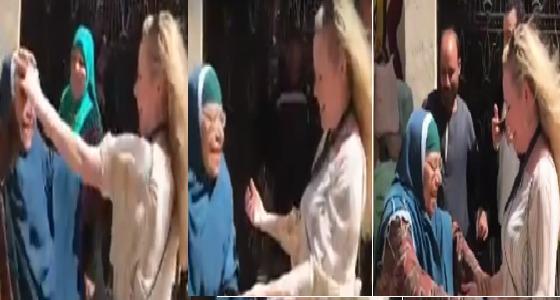 في الانتخابات المصرية..مراقبة أمريكية ترقص أمام إحدى اللجان