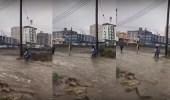 بالفيديو.. طلاب يعبرون مياه السيول في أبها