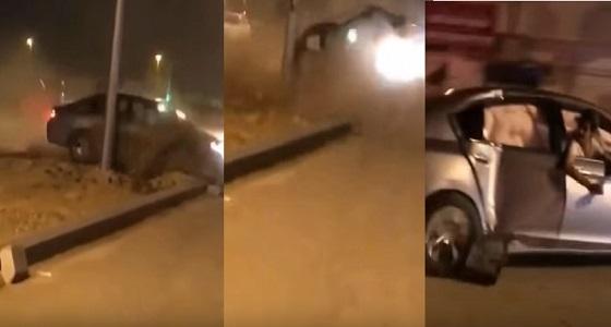 بالفيديو.. مفحط يصطدم بعمود كهرباء ويلوذ بالفرار