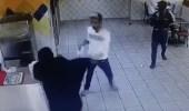الشاب المُعتدى عليه بمطعم: الفتاة طلبت 50 ريال وحاولت أخذ جوالي