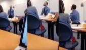 """بالفيديو.. أستاذ جامعي يعاقب طلابه بـ """" الرقص """" في حال تأخرهم"""