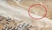 بالفيديو.. سائق يدخل في سباق مع سيول للنجاه بحياته