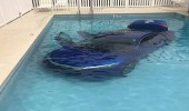 سيدة ترتكب خطأ يؤدي لسقوط سيارتها في حوض سباحة