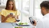 دراسة: استخدام الهاتف الذكي على مائدة الطعام يُشعرك بعدم السعادة