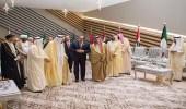 بالصور.. ممثلي قطر منعزلون بحضور ملك العرب