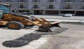 بالصور.. إزالة المطبات العشوائية بالطرق في غرب الدمام