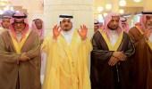 بالصور.. الأمير فيصل بن بندر يؤدي صلاة الميت على والدة