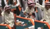 بالفيديو.. مسن يتأهل مع ابنه إلى نهائيات بطولة البلوت