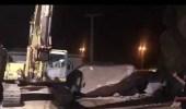 بالفيديو.. إزالة صخرة أسقطتها أمطار نجران