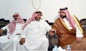 بالصور.. الأمير محمد بن عبدالعزيز ينقل تعازي القيادة لوالد الشهيد الحكمي