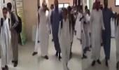 """"""" فيديو """" يرصد لحظة وداع طلبة ومدير لطالبين يمنيين بمدرسة في الرياض"""