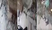 """بالفيديو.. بالتزامن مع انتشار """" الجرب """" .. """" مجاري ونفايات """" أمام ابتدائية بمكة"""