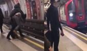 بالفيديو.. شخص يرمي صديقه تحت عجلات المترو