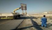 بالصور.. إزالة 26 لوحة حديدية عشوائية في غرب الدمام