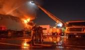 """بالصور.. """" مدني جدة """" يخمد حريقًا اندلع بمستودع مواد غذائية"""