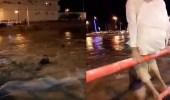 بالصور..شباب يتهورون ويتحدون جريان السيول