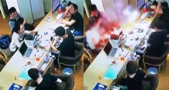بالفيديو.. لحظة انفجار هاتف آيفون بوجه فتاة