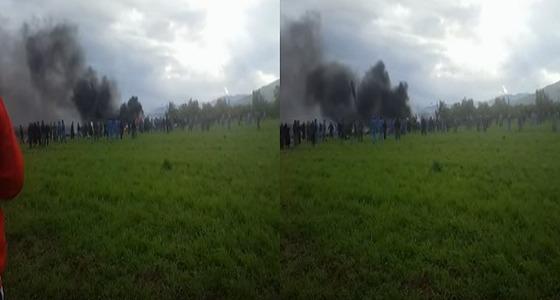 بالفيديو والصور.. أكثر من 257 قتيل في تحطم طائرة عسكرية بالجزائر