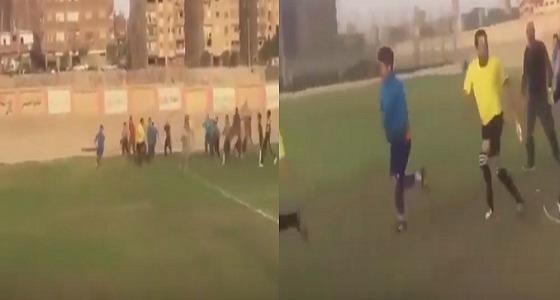 بالفيديو.. التعدي على حكام كرة قدم بالضرب والسحل في مصر