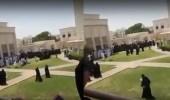 بالفيديو.. شبان وفتيات يلعبون شد الحبل داخل الحرم الجامعي