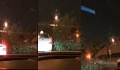 بالفيديو.. سقوط شجرة في طريق الملك فهد بسبب الأمطار